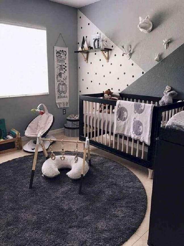 20. Quarto de bebê com tapete de lã redondo e móveis pretos modernos – Foto Pinterest