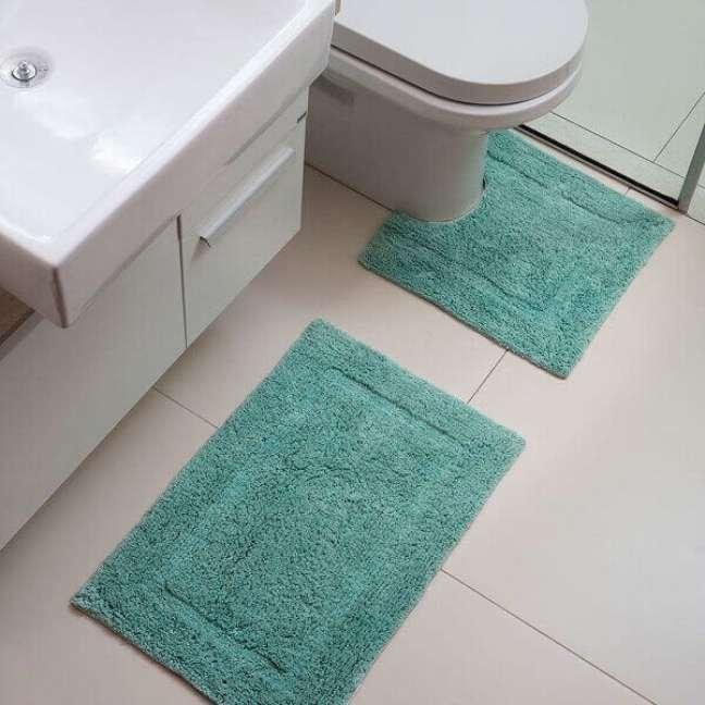 50. Tapete de banheiro cor verde água no banheiro branco minimalista – Foto Pinterest