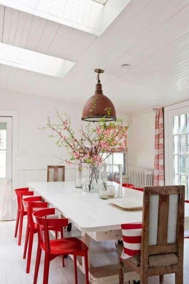 41. Sala com cadeira vermelha de madeira e mesa de jantar branca – Foto Apartment Therapy
