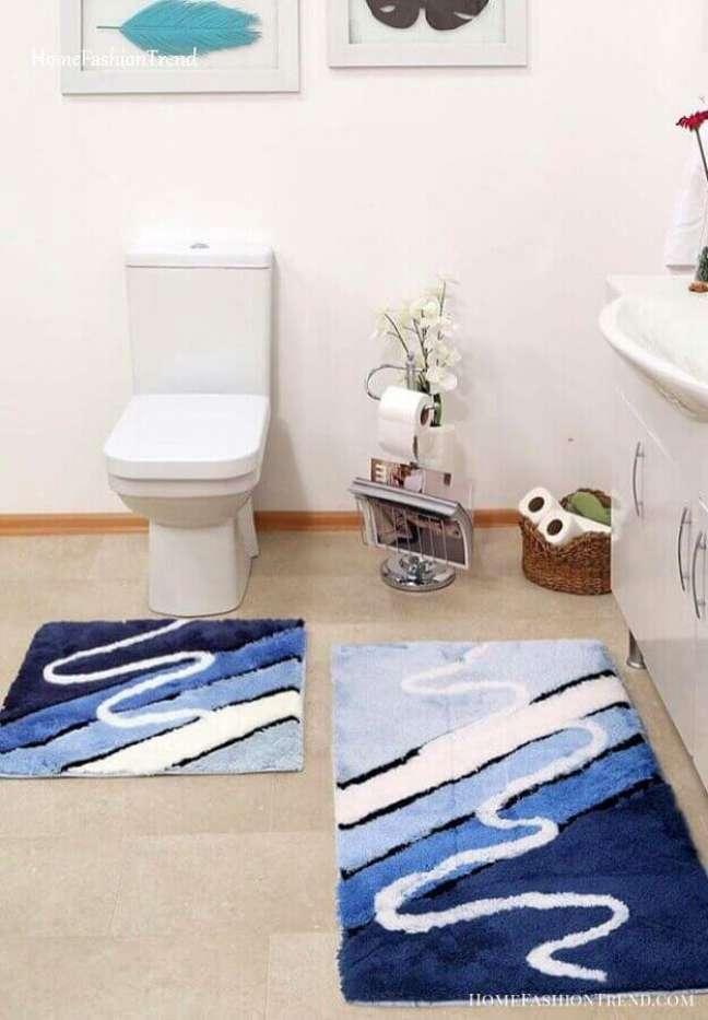 10. Banheiro com tapete de lã em tons de azul – Foto Apartment Therapy