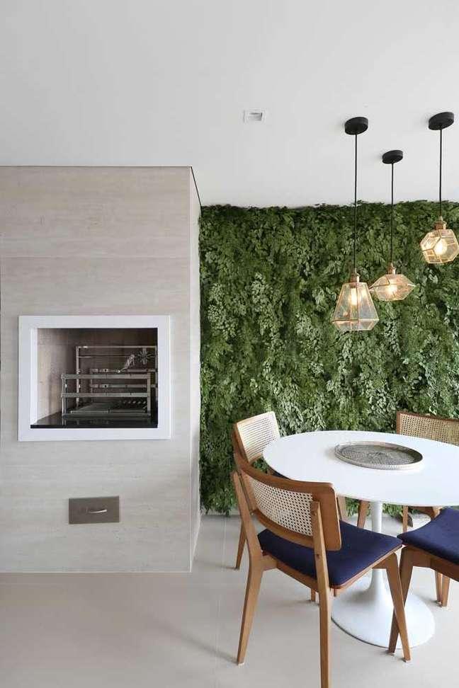 64. Churrasqueira gourmet de parede decoração verde e mesa de jantar branca na área gourmet – Foto Arkpad