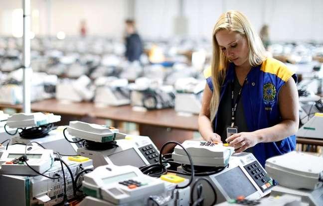 Funcionária da Justiça Eleitoral prepara urna eletrônica para eleição de 2018 22/10/2018 REUTERS/Rodolfo Buhrer
