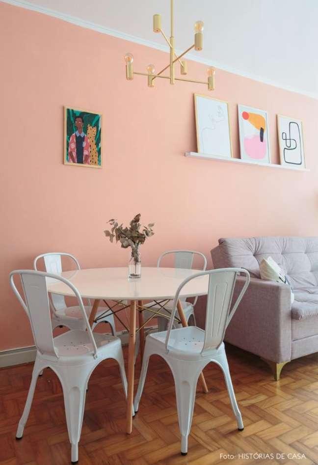 19. Mesa de jantar branca redonda com cadeira de ferro branca – Foto Historias de Casa