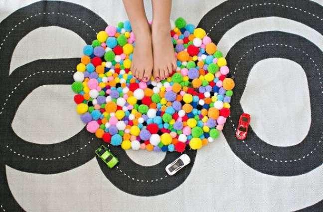 33. Tapete de lã colorido de pompom – Foto Pinterest