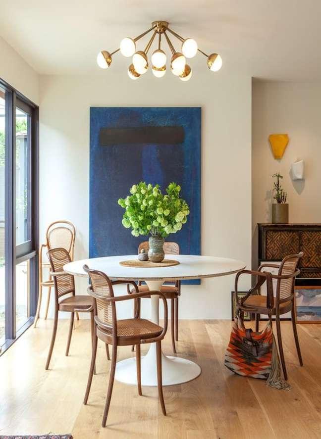 22. Mesa de jantar branca com cadeira de palha e madeira – Foto Casa de Valentina