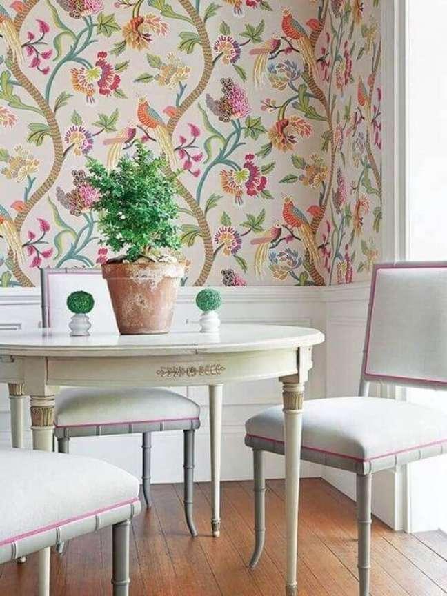 14. Decoração com papel de parede floral e mesa de jantar branca e provençal – Foto Revista Vd