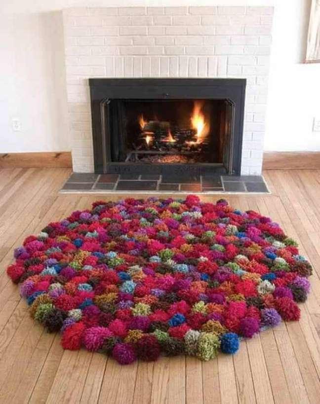 14. Lareira com tapete de lã colorido – Foto Pinterest