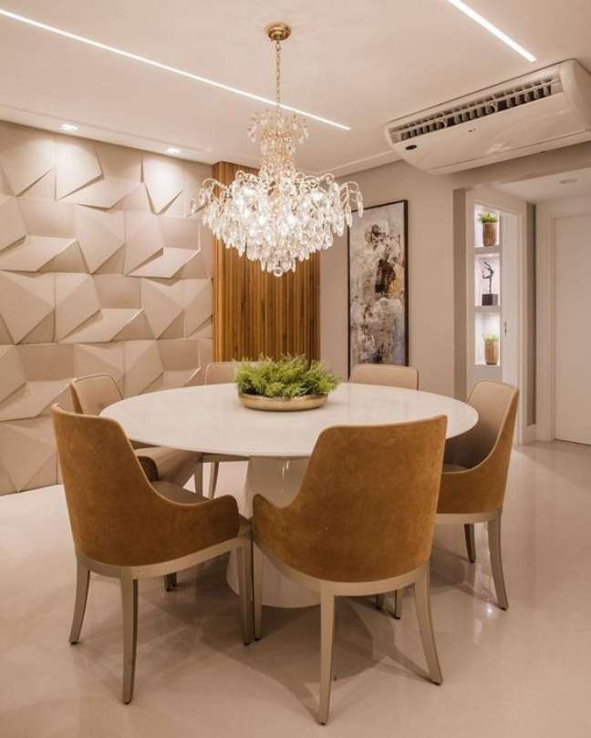 39. Sala clássica com mesa de jantar branca e cadeiras estofadas – Foto Pinterest