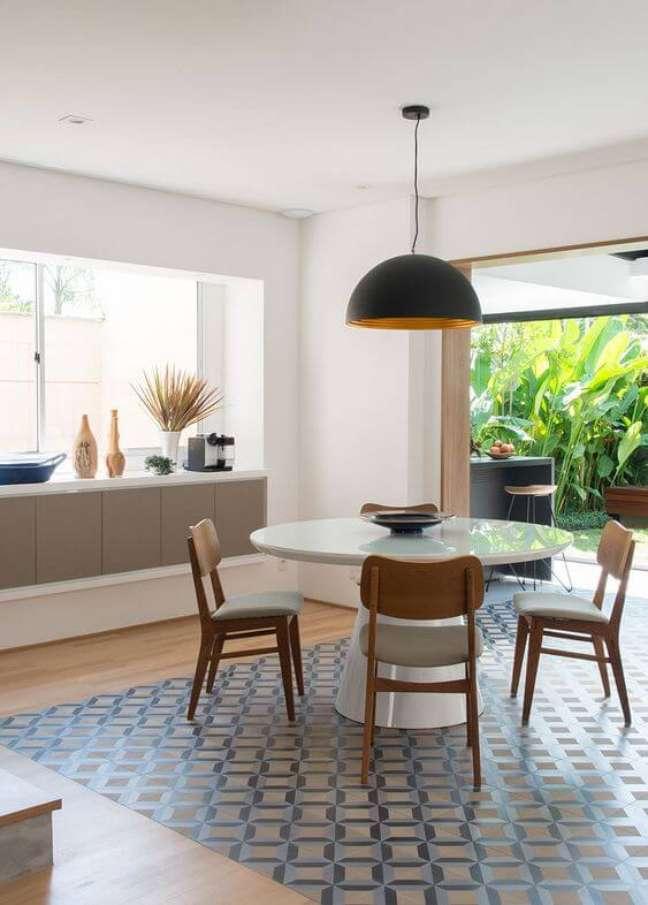 34. Mesa de jantar branca para varanda moderna – Foto Casa de Valentina