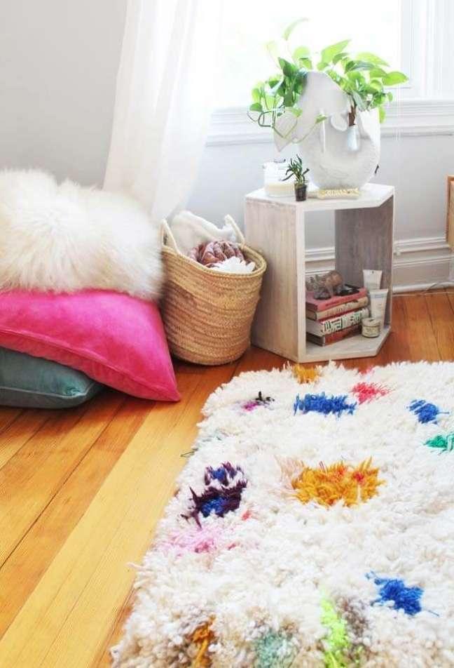 30. Tapete de lã branco e colorido na decoração do quarto – Foto Pinterest