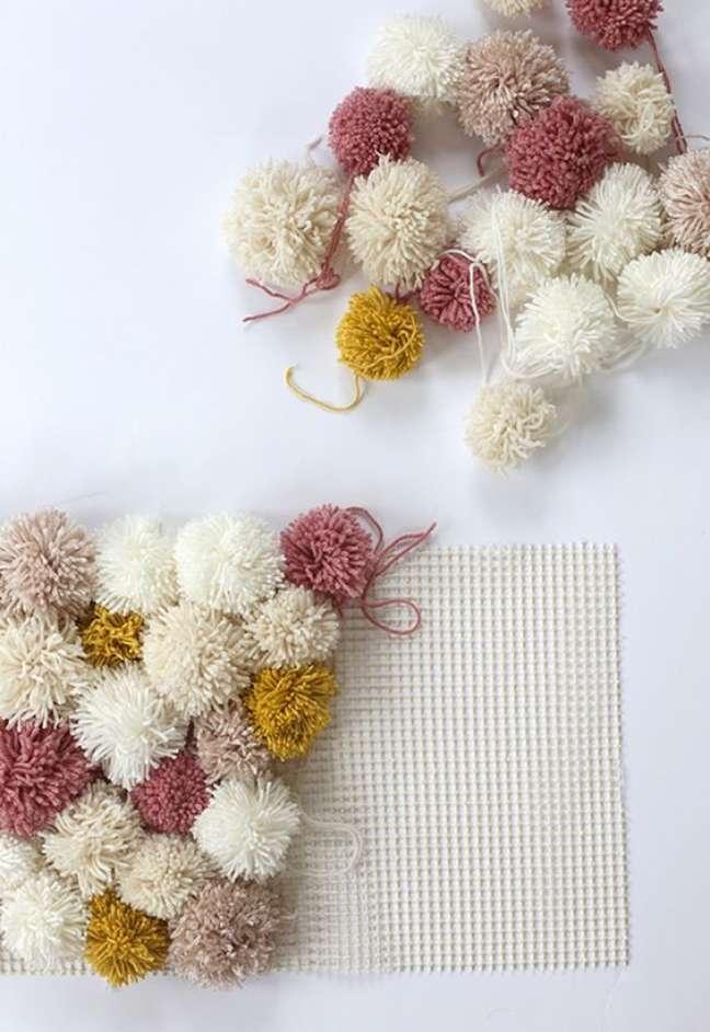 13. Tapete de lã pompom em tons claros e suaves – Foto Dani Moce