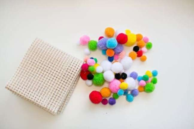 32. Tapete de lã colorido com tela – Foto Pinterest