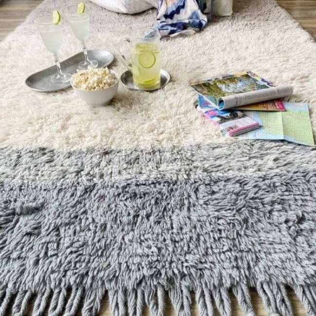 3. Sala com tapete de lã bege e cinza – Foto Momy Decor