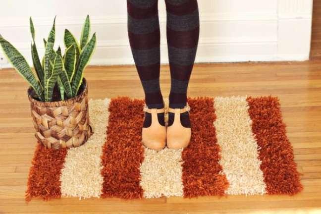 37. Tapete de lã em bege e marrom na sala de estar – Foto Como Fazer Artesanato