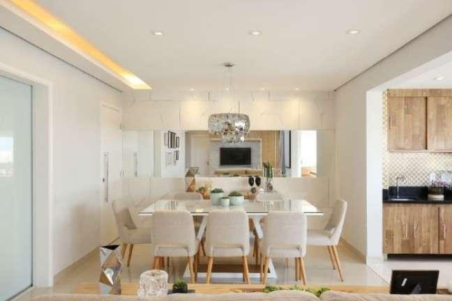 30. Mesa de jantar branca com tampo de vidro e cadeiras neutras – Foto bianchilima