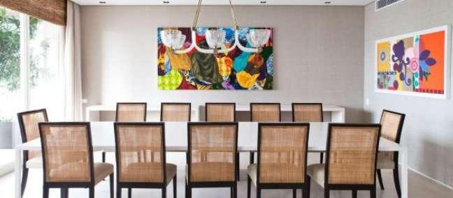 15. Decoração de sala moderna com mesa de jantar branca e cadeiras de palha -Foto olegariodesa