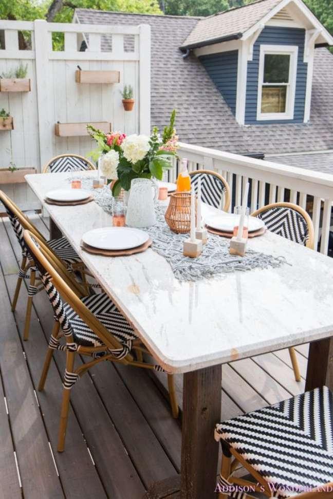 6. Cadeira para mesa de jantar branca na área externa – Foto Addison Wonderland