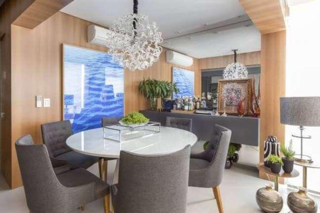 54. Sala pequena com mesa de jantar branca redonda e cadeiras cinza – Foto Altera Arquitetura