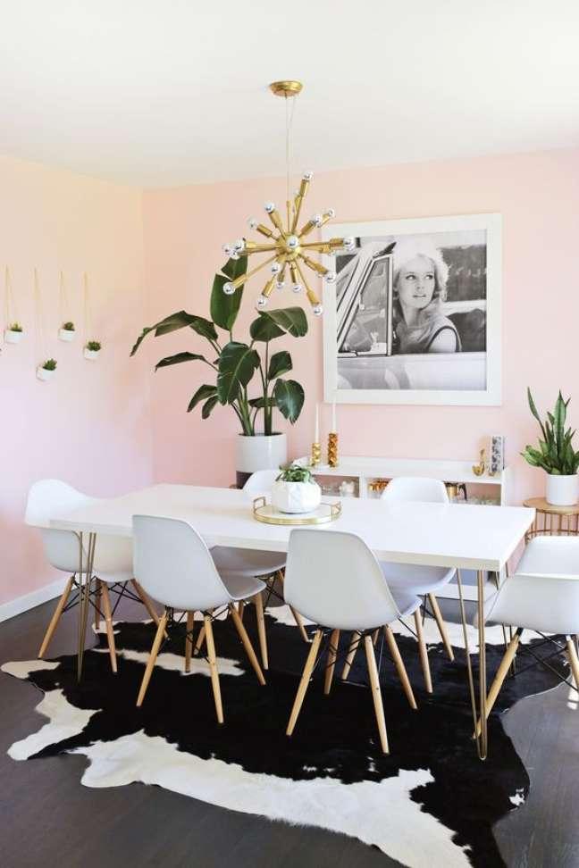 7. Sala com mesa de jantar branca de granito – Foto Fashionismo