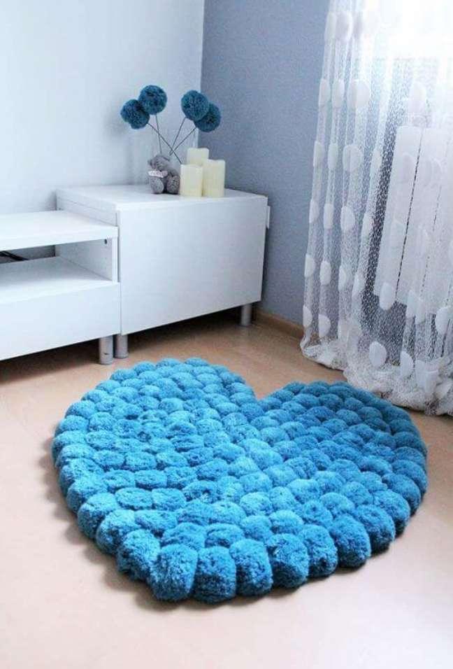 39. Tapete de lã feito de pompom no formato de coração azul – Foto Pinterest
