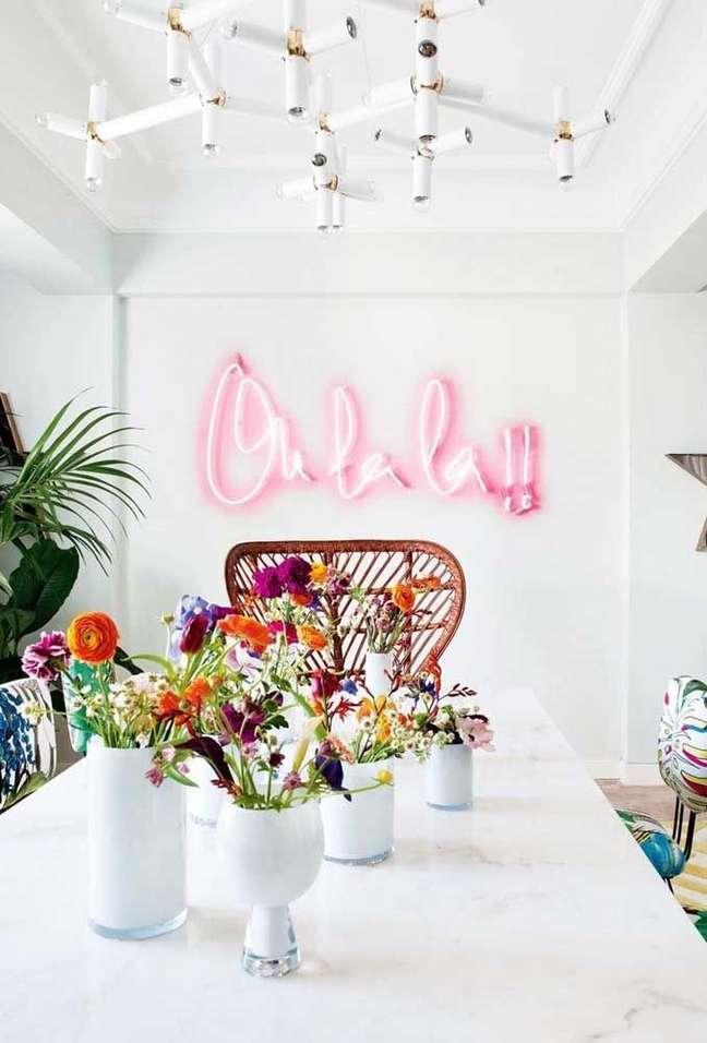 45. Sala com mesa de jantar branca e letreiro de luz neon – Foto Pinterest