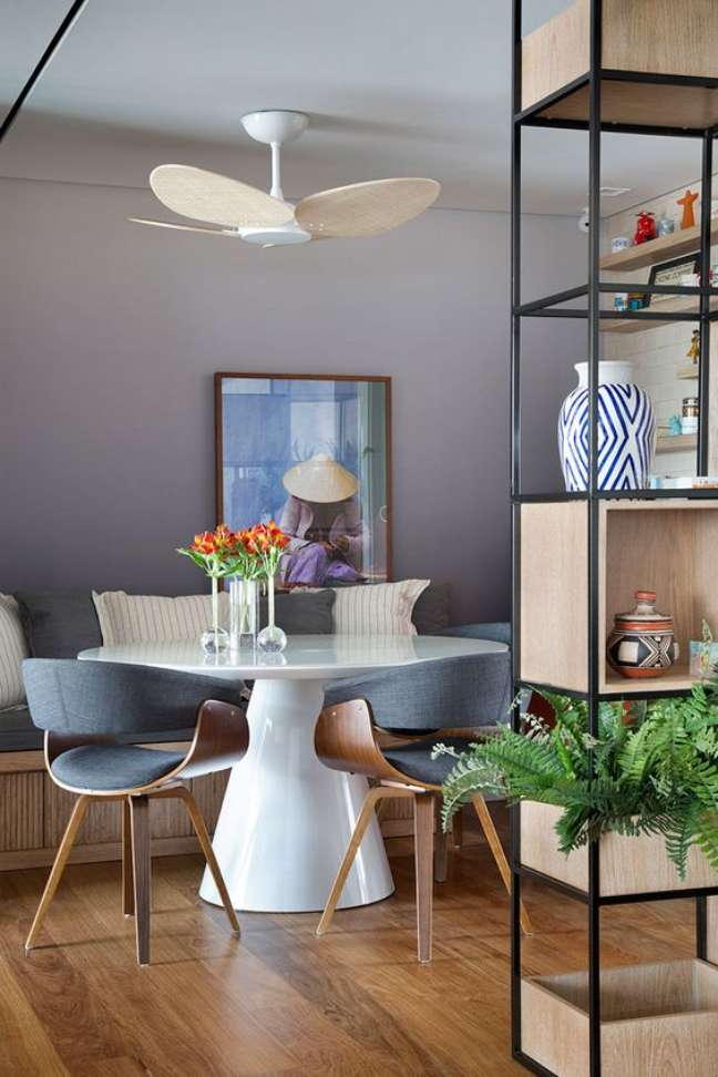 56. Base cone para mesa de jantar branca e moderna na sala com móveis de ferro e madeira – Foto Casa de Valentina