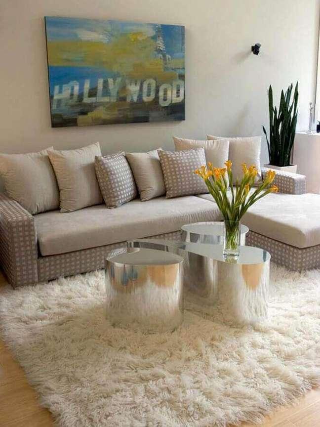 1. Modelo de tapete de lã branco com sofá bege e mesa de centro espelhada – Foto Pinterest