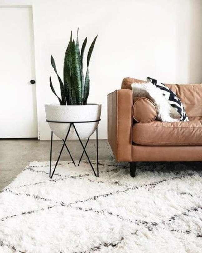 46. Tapete de lã estilo escandinavo na sala com sofá de couro caramelo – Foto West Elm
