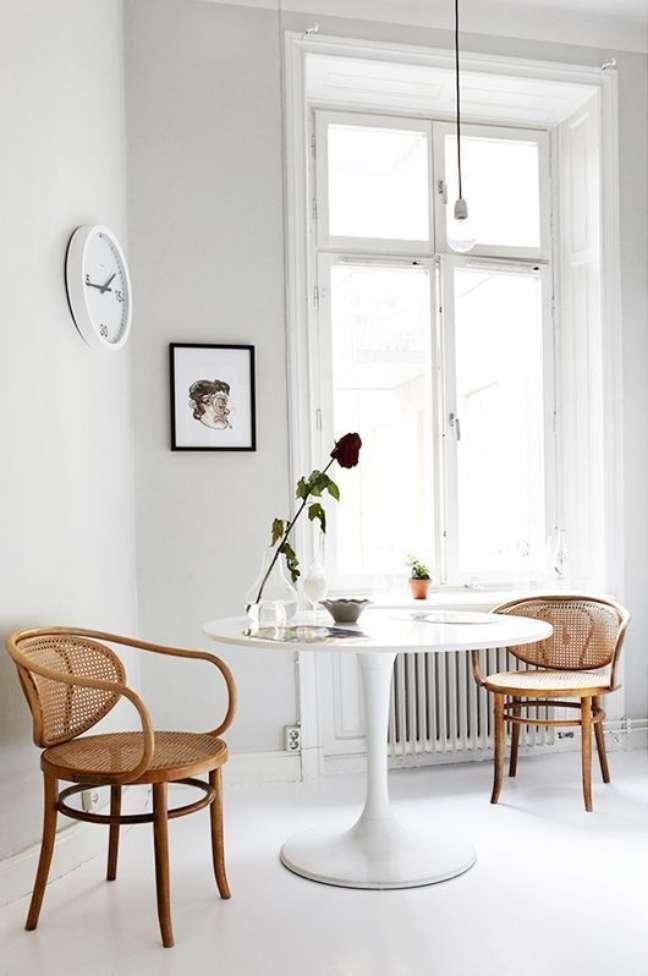 40. Sala com cadeira de palha e mesa de jantar branca – Foto Park and aok