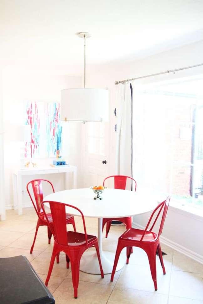 59. Cadeira vermelha de ferro com mesa de jantar branca – Foto Pencil Shavings Studio