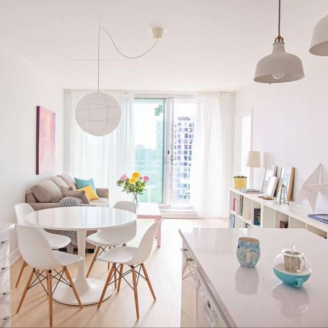 23. Mesa de jantar branca com cadeira eames – Foto Pinterest