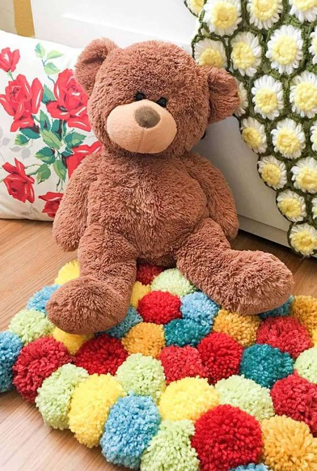 23. Quarto infantil decorado com tapete de lã colorido e ursos de pelúcia – Foto Pinterest