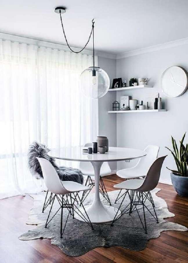 35. Mesa de jantar branca pequena com tampo de granito – Foto Revista VD