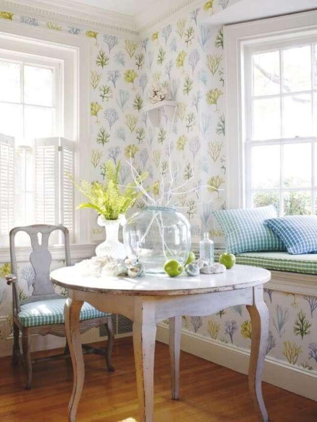 67. Cozinha pequena com mesa de jantar branca provençal e redonda na decoração – Foto Therecipe Project
