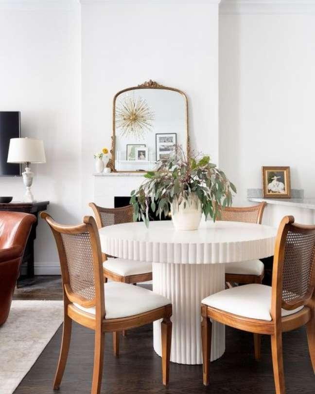 57. Cadeira de palha e madeira para sala com mesa de jantar branca redonda – Foto CB2