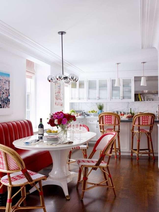 60. Cadeira vermelha estampada com mesa de jantar branca – Foto Pinterest