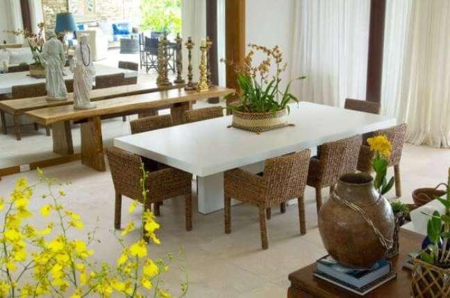 16. Decoração rustica na sala com mesa de jantar branca e móveis de madeira – Foto Paulo Carvalho