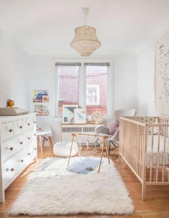 21. Quarto de bebê minimalista com tapete de lã branco e brinquedos no chão – Foto House-Home