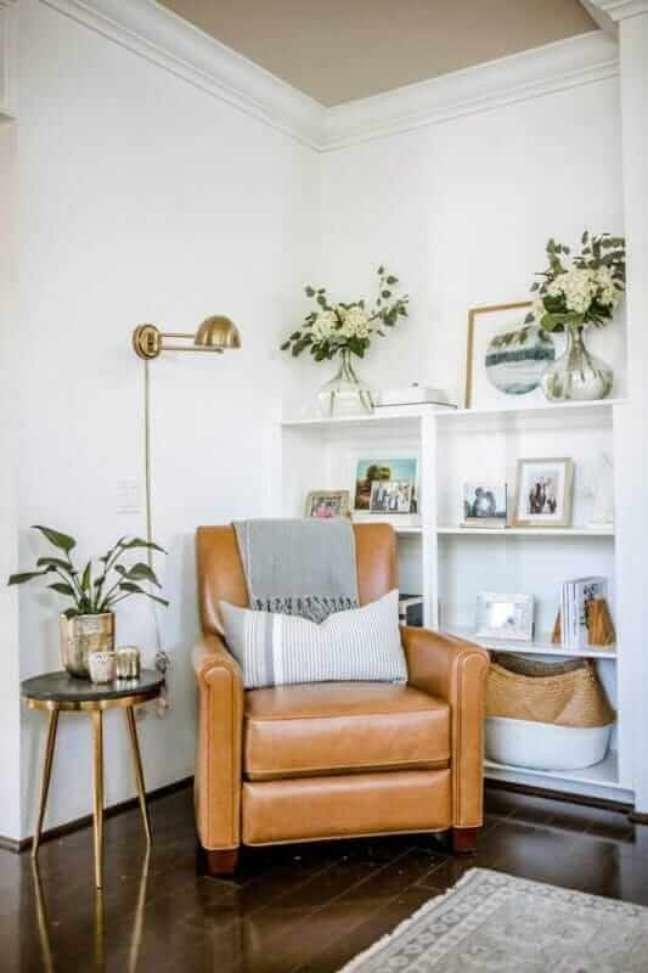 28. Poltrona de couro cor caramelo para decoração de sala branca – Foto: Pinterest