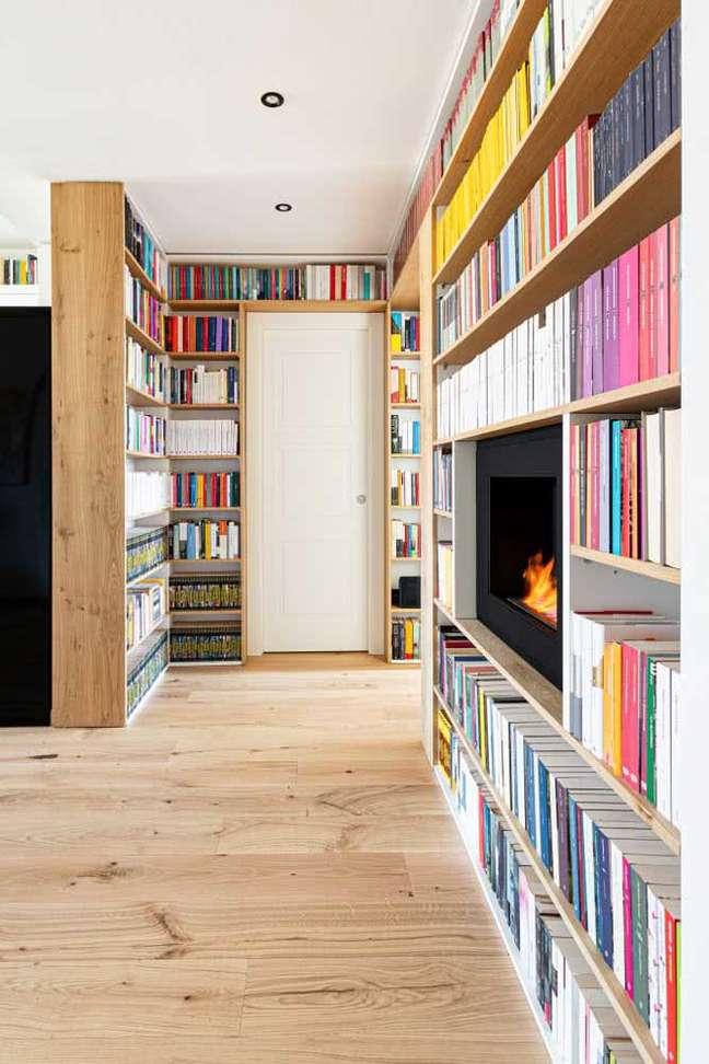 12. Casa com estante de canto planejada para livros em casa e lareira – Foto Pinterest