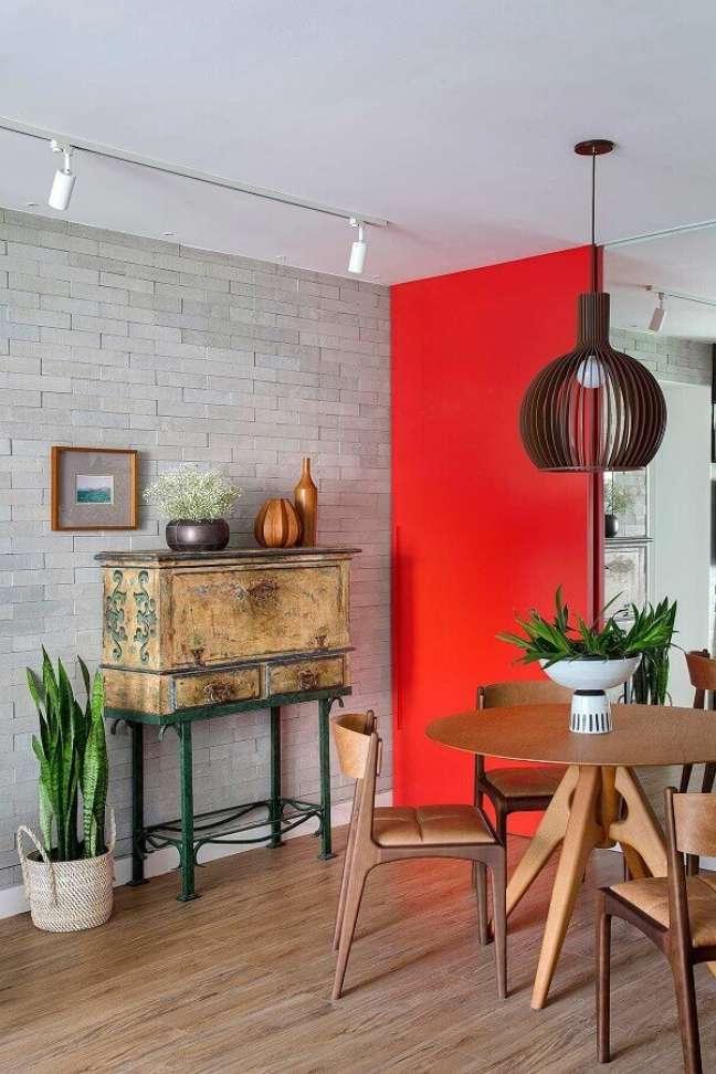 41. Sala de jantar decorada com parede tijolinho cinza e cadeira cor caramelo – Foto: Casa de Valentina