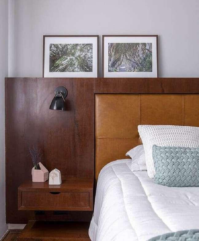 10. Cabeceira cor de caramelo para decoração de quarto com detalhe em madeira – Foto: Pinterest