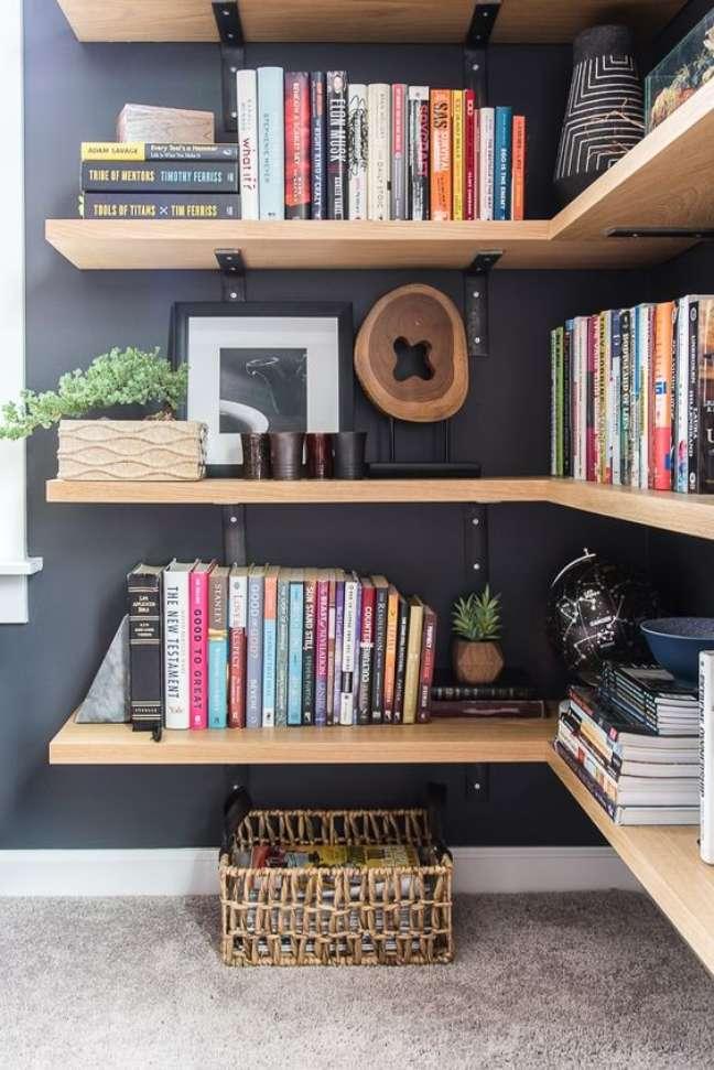 39. Estante de gesso de madeira com mão de francesa da cor da parede – Foto Keys To Inspiration