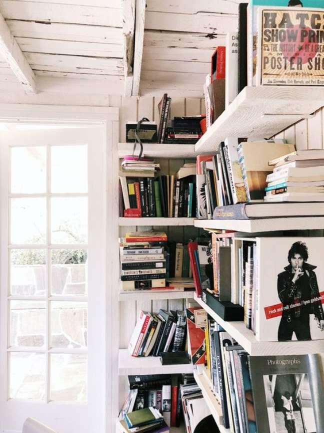 17. Decoração com estante de canto para livros – Foto Pinterest