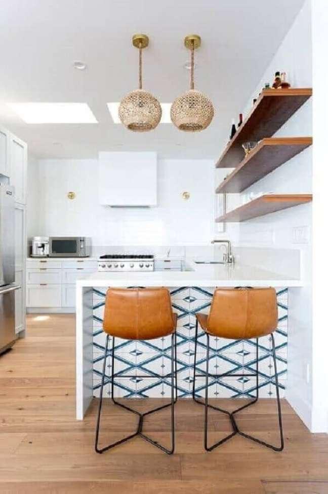 9. Banqueta cor caramelo de couro para decoração de cozinha branca – Foto: Deavita