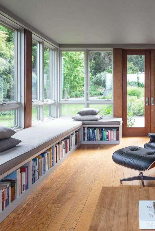 34. Estante de canto planejada no chão com sofá e almofadas – Foto Pinterest
