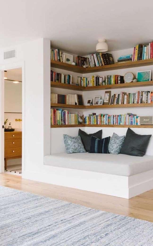 6. Estante de canto com sofá para leitura – Foto Pinterest