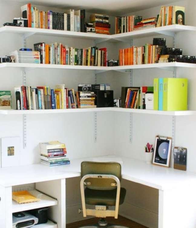 21. Estante de canto com escrivaninha para livros e documentos – Foto Pinterest
