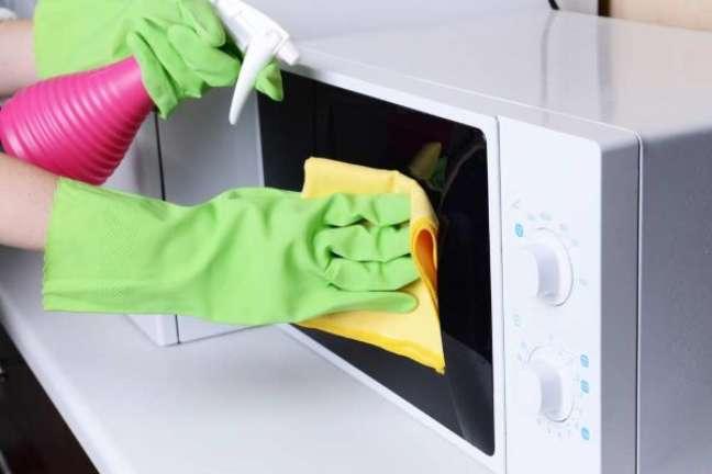 9. Como limpar microondas com manchas amarelas – Foto Pinterest