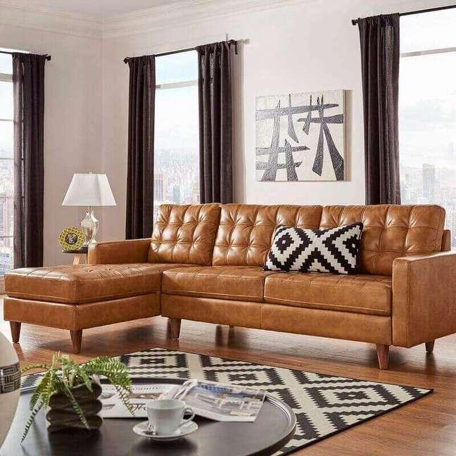 1. Decoração de sala com cortina preta e sofá cor caramelo com chaise – Foto: AllModern